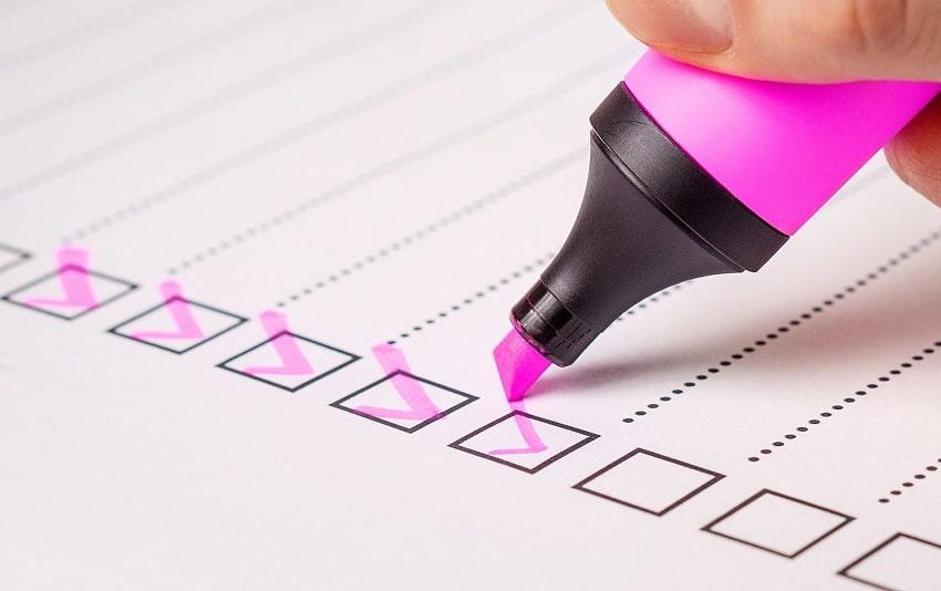 feuille avec checklist et main qui coche les cases