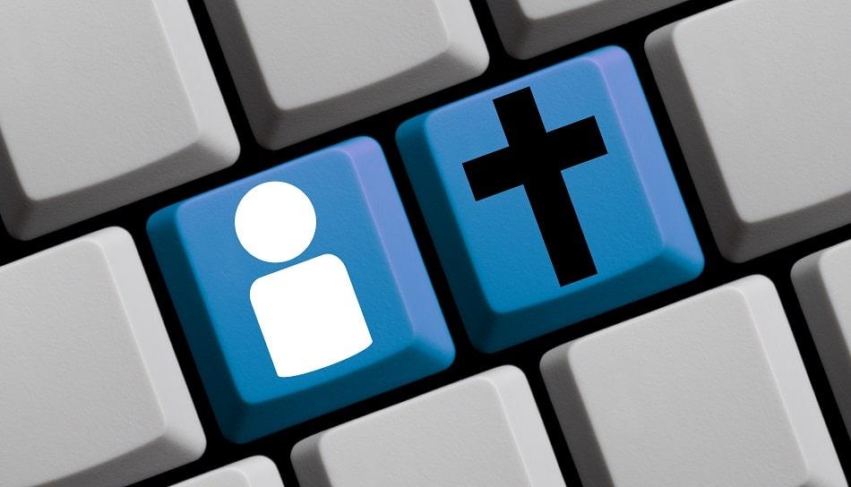 clavier d'ordinateur portant deux touches bleues représentant une personne et une croix