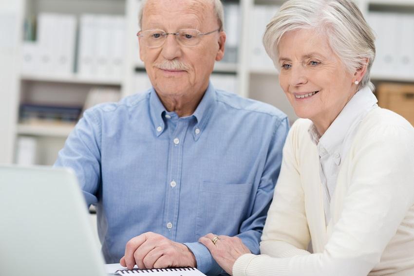 couple de personnes âgées devant ordinateur